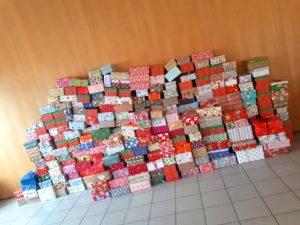 Weihnachten im Schuhkarton Stapel